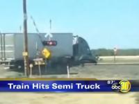 Impact devastator in California. Un camion blocat pe sine este facut bucati de un tren. VIDEO
