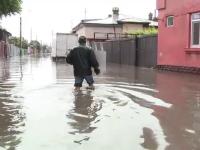 In 30 de minute, strazile au devenit rauri la Galati. Situatia este alarmanta pentru oamenii din cartierele afectate. VIDEO