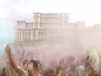 Tone de pudra colorata au cazut peste Bucuresti. Festivalul Holi Music Color a ajuns in Capitala