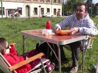 Si-a luat cu el o masa, doua scaune si s-a asezat in mijlocul unei intersectii aglomerate. Protest inedit la Timisoara
