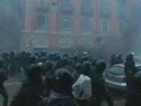 Protest violent pe strazile din Milano. Tineri mascati au incendiat zeci de masini si au atacat fortele de ordine cu pietre