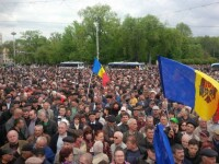 Aproximativ 10.000 de oameni au protestat la Chisinau, dupa ce un miliard de dolari a
