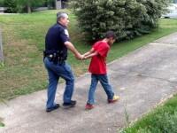 Lectia pe care o mama i-a dat fiului ei cu ajutorul politiei. Baiatul a inceput sa planga cand a fost arestat