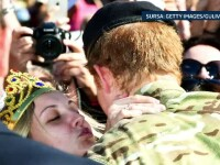 Cum a incercat o blonda din Australia sa il sarute pe Printul Harry, dupa ce l-a cerut de sot in fata multimii