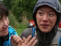 Aventura unei mame care s-a ratacit in padure in timpul unui maraton: a baut lapte de la san si s-a acoperit cu resturi