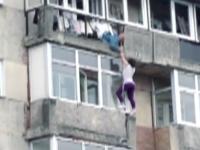 Tanara salvata in ultimul moment in timp ce atarna pe marginea unui bloc. Explicatiile fetei pentru medicii de la ambulanta