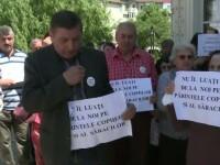 Scandalul a luat amploare in Focsani. Enoriasii excomunicati de Biserica Ortodoxa au protestat in fata lacasului de cult