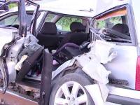 Doi tineri si un bebelus de 2 luni au scapat ca prin minune cu viata, dupa ce masina lor a fost lovita de tren
