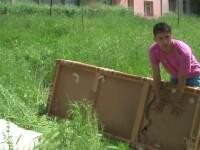 Tara in care un copil era sa moara, dupa ce i-a cazut in cap o canapea aruncata de la etaj.