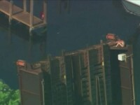 Misiune de salvare complicata in SUA. Un barbat gol pusca a ramas blocat in varful unui pod mobil, complet deschis