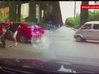 O femeie din China a fost batuta cu mainile si picioarele de un sofer. Momentele de violenta au fost FILMATE