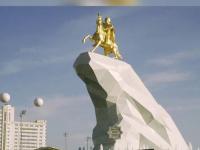 Presedintele Turkmenistanului si-a facut statuie de aur,
