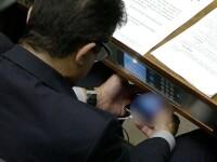 Parlamentar surprins in timp ce viziona pe telefon filme pentru adulti. Reactia colegilor de langa el