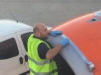 Un angajat al unei companii britanice low-cost, fotografiat in timp ce
