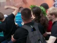 Bataie cu oua la o demonstratie pentru drepturile homosexualilor, in centrul Moscovei. A fost nevoie de interventia politiei