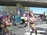 Protestul organizat de activistele FEMEN. Aproape complet dezbracate, tinerele au coborat din masina si au facut
