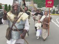 Strigate de lupta pe strazile din Piatra Neamt, la prima editie a festivalului dacic. Spectacolul oferit privitorilor