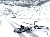 A nins in Romania, in luna mai. Turistii au dat navala sa vada zapada: