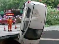 O groapa uriasa s-a cascat in asfalt si a inghitit PATRU masini. Pompierii, politistii si trecatorii le-au scos din pamant