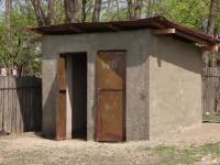 Scoala la care elevii au toaleta in spatele curtii, desi a primit 100.000 de euro pentru una moderna. Unde s-au dus banii