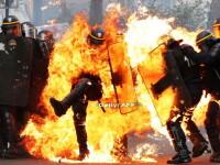 Momentul in care un jandarm este incendiat cu un cocktail Molotov in Paris. Povestea din spatele imaginii care s-a viralizat