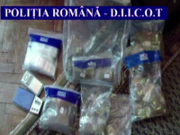 700 de comprimate de ecstasy, confiscate de la traficanti. Ce alte droguri mai detineau tinerii