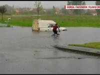Furtunile au facut prapad in Sud: case inundate si culturi distruse. Un tanar, filmat pe o strada inundata cu bicicleta