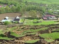 Satul care este in pericol de a fi inghitit in orice clipa de pamant. Localnicii stau de paza cu randul:
