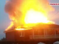 Flacari uriase in Bihor. Acoperisul si etajul 1 al unei vile au ars violent, iar 30 de pompieri s-au chinuit sa stinga focul