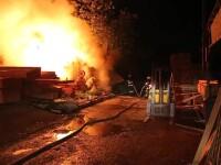 Misiune dificila pentru pompieri dupa ce o fabrica de cherestea, din sectorul 6 al Capitalei, a fost mistuita de flacari