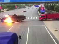 O motocicleta a explodat dupa ce s-a izbit de un camion in China. Ce s-a intamplat cu motociclistul. VIDEO