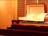 Batran mort de 5 zile, investigat medical in sicriu de medici. Rudele au anuntat la 112 ca barbatul misca si respira