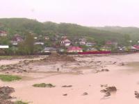 Furtunile violente au provocat pagube insemnate in mai multe zone. Pod care face legatura intre doua judete luat de viitura