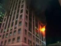 O femeie a murit intr-un incendiu devastator izbucnit intr-un bloc turn cu 17 etaje. Autoritatile au deschis o ancheta