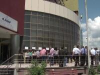 Protestele ANAF tin pentru a treia zi ghiseele inchise spre nemultumirea contribuabililor. Masura luata de premier