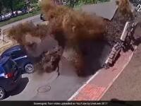 O conducta prin care circula apa a explodat in Ucraina. Mai multe masini au fost avariate, iar geamurile s-au spart. VIDEO