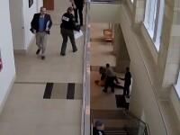 Un bărbat condamnat pentru trafic de droguri s-a aruncat de la balconul tribunalului unde era judecat. VIDEO