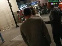 Reacția unui bărbat când își găsește soția sărutându-se cu un tânăr în afara unui club. VIDEO