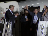 Cine sunt cei trei americani eliberati din Coreea de Nord. Au fost intampinati de Donald si Melania Trump