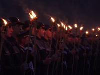 O mie de elevi au celebrat cu torțe 50 de ani de la înființarea școlii de Poliție