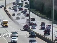 Scene ireale pe o autostradă. Un șofer a doborât cu mașina doi stâlpi de electricitate