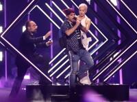 Incident la Eurovision: Un bărbat a urcat pe scenă și i-a luat microfonul reprezentantei UK