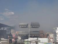 Incendiu de amploare în Mureş. Flăcările au cuprins un depozit de materiale