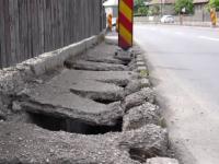 Localnicii din Vâlcele sunt disperaţi pentru că trotuarele le pun zilnic viaţa în pericol