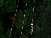 Concert pe sârmă, la 1.400 de metri înălțime. Spectacolul oferit de o trupă de acrobați
