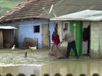 """Coșmar pentru oamenii din localitățile inundate: """"Dumnezeu ne dă, Dumnezeu ne ia"""""""