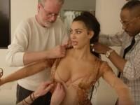 Kim Kardashian, ajutată de 3 bărbați să intre în rochia Thierry Mugler. Ce a purtat pe dedesubt