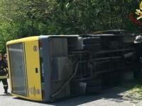 Un şofer român s-a răsturnat cu un autobuz plin cu copii, în Italia. De ce a fugit apoi