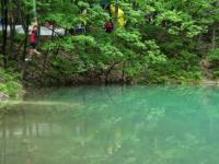 Lacul unic în Europa: îşi schimbă zilnic culoarea. Românii fac gulaş şi concerte lângă el