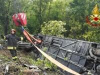 Autocar cu 60 de turiști străini răsturnat într-o râpă în Italia. Bilanțul victimelor